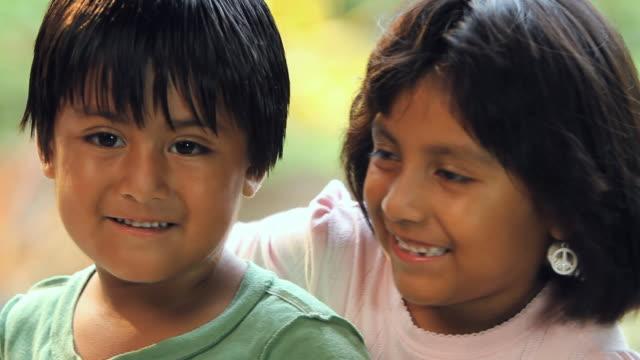 vídeos y material grabado en eventos de stock de cu boy (4-6) and girl (6-7) smiling / homestead, florida, usa - inmigrante