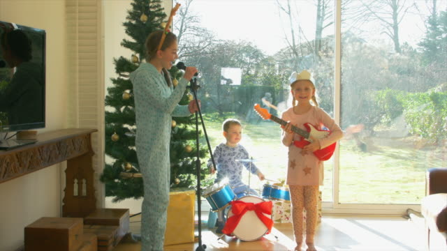 boy and girls with instruments - drei personen stock-videos und b-roll-filmmaterial