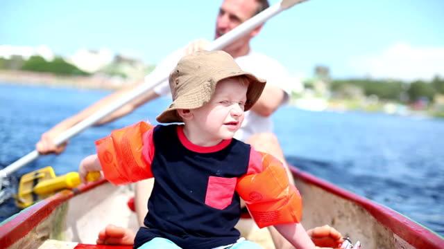 Junge und sein Vater Paddeln auf den Fluss
