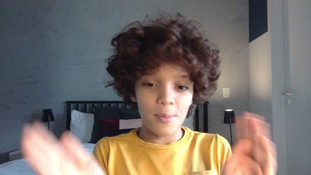 vidéos et rushes de garçon à la maison parlant sur l'appel vidéo - point de vue de caméra - blog