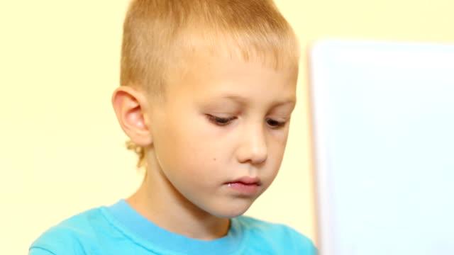 vídeos de stock, filmes e b-roll de menino no computador - só um bebê menino