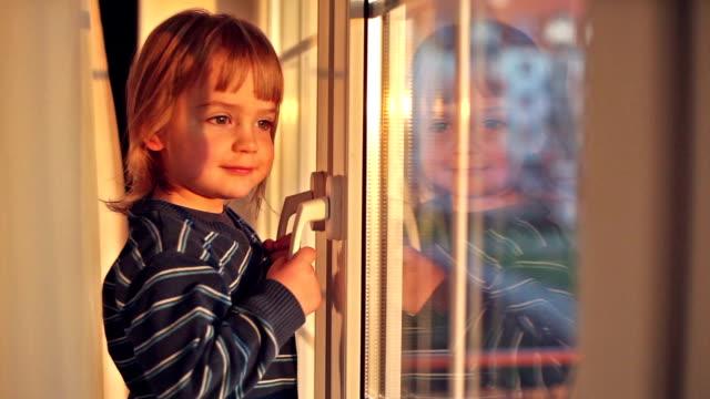 Junge am Fenster