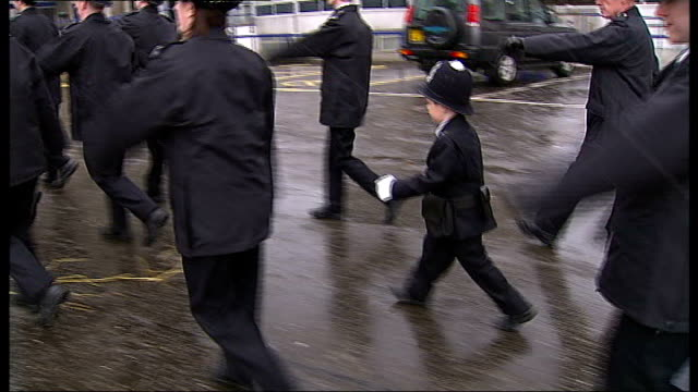 vídeos y material grabado en eventos de stock de boy becomes police officer for the day; ext oscar standing in line with other recruits and marching brigid robinson interview sot oscar robinson... - military recruit