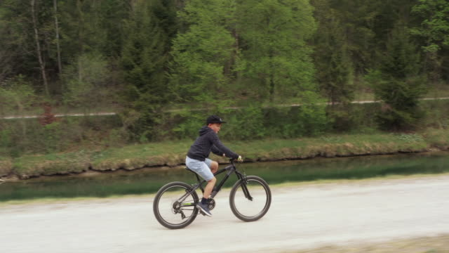boy biking on a trail, side view - 8 9 years stock videos & royalty-free footage