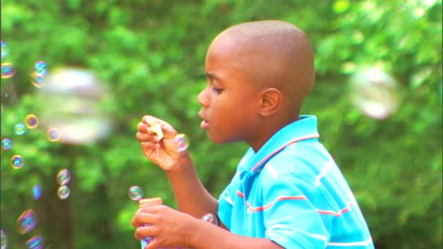 boy blowing bubbles - この撮影のクリップをもっと見る 1278点の映像素材/bロール