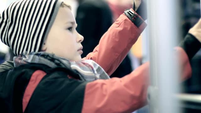 vidéos et rushes de garçon achète un billet pour le tramway - ligne de tramway