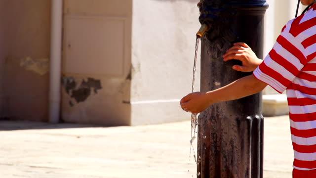 - SUPER ZEITLUPE, HD: Junge am trinkt Wasser-Brunnen