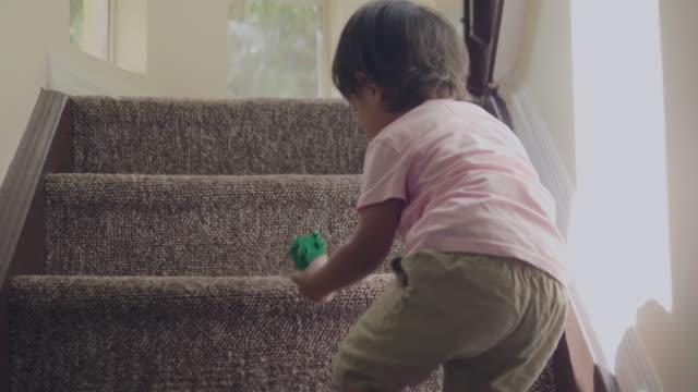 junge klettern schritte - ein männliches baby allein stock-videos und b-roll-filmmaterial