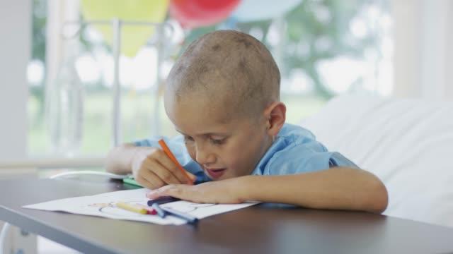 Garçon dans son lit d'hôpital à colorier