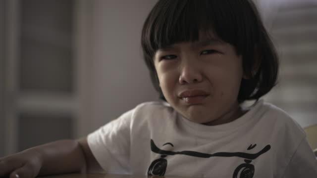 泣いている少年 は食べることを拒否する - 断る点の映像素材/bロール