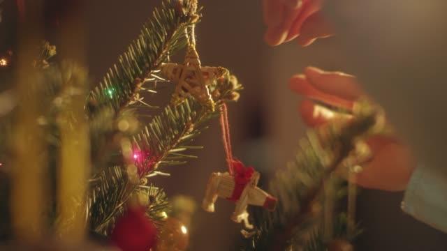 vídeos de stock, filmes e b-roll de árvore de natal decoração de menino em casa - árvore de natal