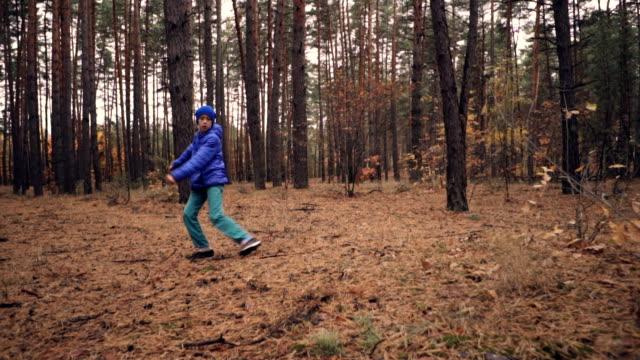 vidéos et rushes de garçon faire truc acrobatique en forêt - exploit sportif
