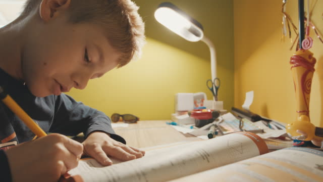 junge seine mathe-hausaufgaben - mathematisches symbol stock-videos und b-roll-filmmaterial