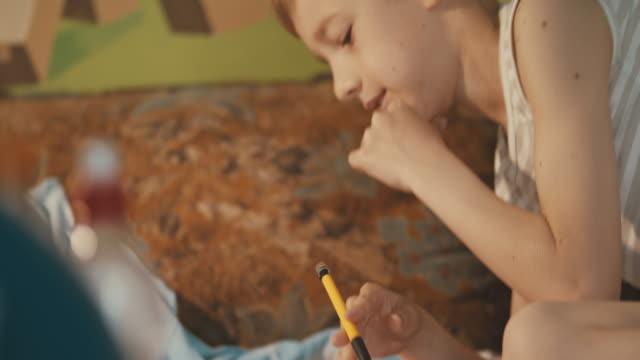 junge macht hausaufgaben - schulkind nur jungen stock-videos und b-roll-filmmaterial