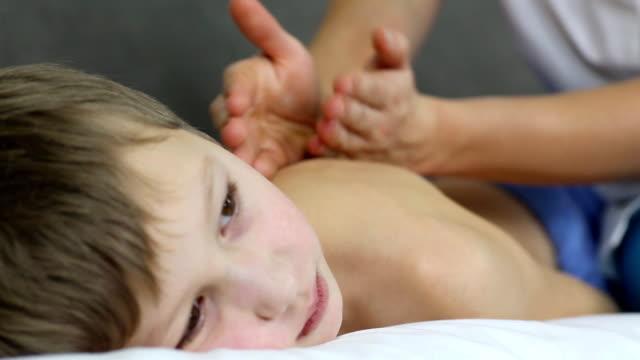 vídeos de stock, filmes e b-roll de menino fazendo massagem - meninos