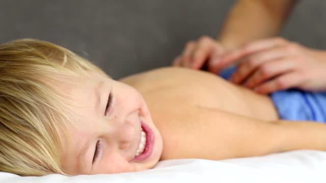 vídeos y material grabado en eventos de stock de niño haciendo masaje - masajista