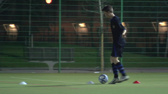 ws ts pan boy (14-15) dribbling ball through cones, london, uk - endast en tonårspojke bildbanksvideor och videomaterial från bakom kulisserna