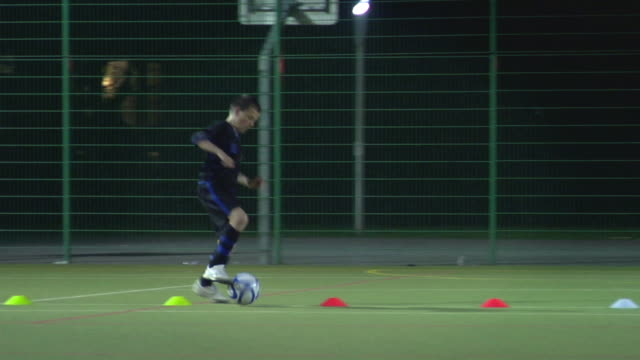 ws ts pan boy (14-15) dribbling ball through cones, london, uk - männlicher teenager allein stock-videos und b-roll-filmmaterial