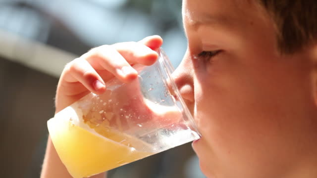 stockvideo's en b-roll-footage met boy drinking juice - sap