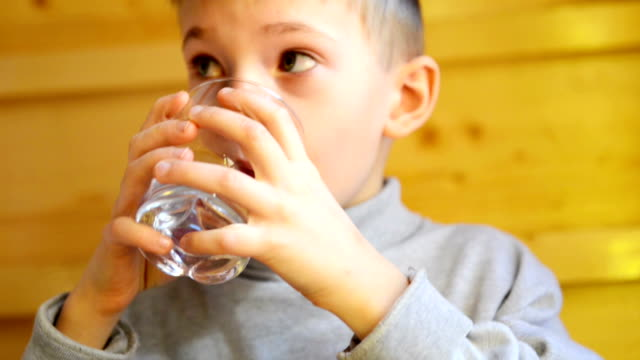 stockvideo's en b-roll-footage met boy drinking water - drinkwater