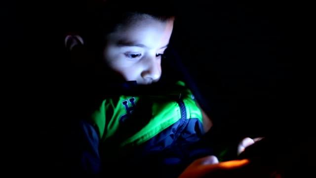 vídeos de stock e filmes b-roll de rapaz condução à noite no carro - assento de veículo