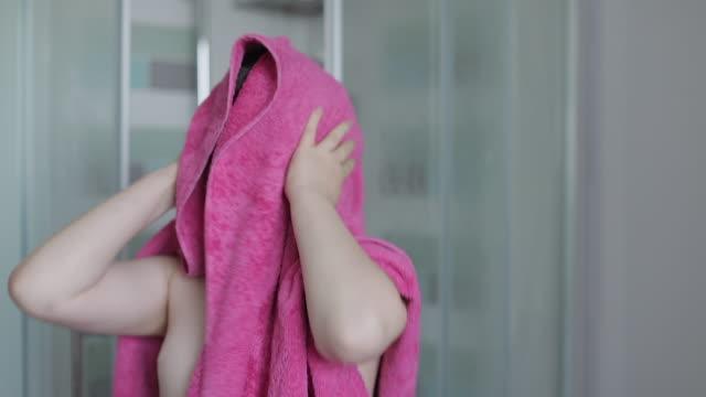 vidéos et rushes de boy drying himself with a towel after shower - salle de bains et toilettes