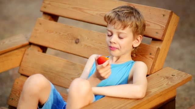 junge essen ein pfirsich, nahaufnahme - gutaussehend stock-videos und b-roll-filmmaterial