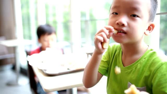 junge essen essen - kindertag stock-videos und b-roll-filmmaterial