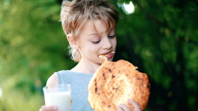 Junge Essen ein pita-Brot und Milch