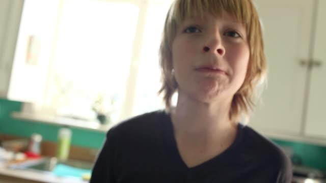 vídeos de stock e filmes b-roll de boy eating sandwich - sanduíche