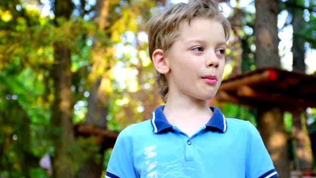 vídeos de stock, filmes e b-roll de rapaz comendo milho doce de cenoura - crocante