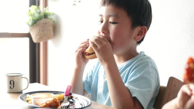 vídeos y material grabado en eventos de stock de niño comiendo comidas para llevar en casa - 2 3 años