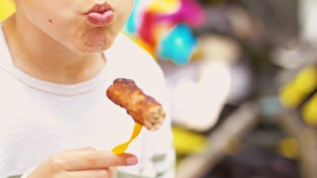 vídeos de stock, filmes e b-roll de ar livre desfrutando de menino churrasco - só um menino adolescente