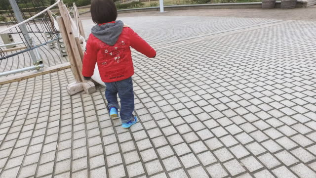 boy enjoying in the park - 小学校低学年点の映像素材/bロール