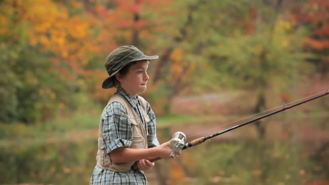 stockvideo's en b-roll-footage met ms pan boy (8-9) fishing in lake / richmond, virginia, usa - virginia amerikaanse staat