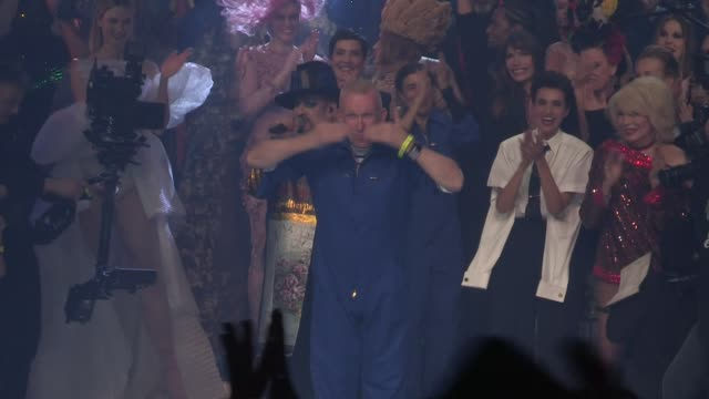 vidéos et rushes de boy george and all the models and staff celebrate the end of the last fashion show of jean paul gaultier on the runway for the gaultier paris... - fashion show