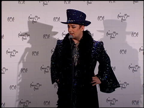 vídeos de stock, filmes e b-roll de boy george at the 1999 american music awards press room at the shrine auditorium in los angeles california on january 11 1999 - 1999