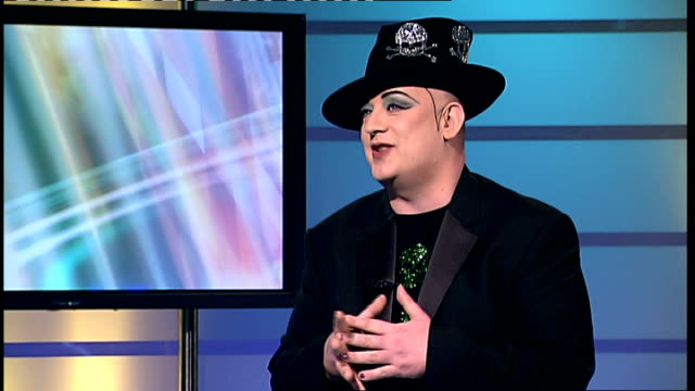 vídeos de stock, filmes e b-roll de boy george found guilty of falsely imprisoning male escort england london boy george arriving at unidentified event 7112008 int boy george... - itv london tonight