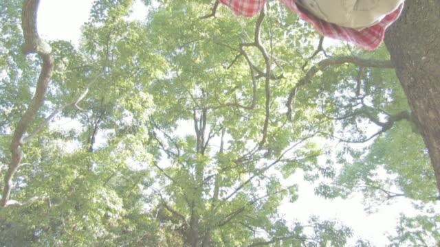 boy getting on swing - ブランコ点の映像素材/bロール