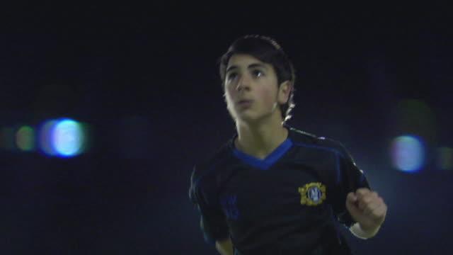 vidéos et rushes de ms la boy (14-15) heading ball, london, uk - tête composition