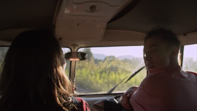 vídeos de stock, filmes e b-roll de menino pedindo carona para menina - margem de estrada