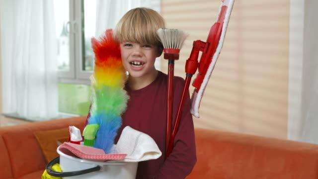 stockvideo's en b-roll-footage met hd dolly: boy holding a cleaning bucket - afwashandschoen