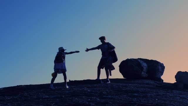 vidéos et rushes de main de fille de fixation de garçon pour grimper plus haut, concept de mentor et mouvement lent. - discovery