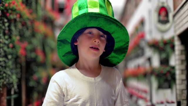 聖パトリックの日に緑のアイルランドの帽子をかぶった少年 - エルフ点の映像素材/bロール