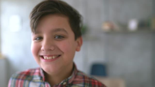 vídeos de stock, filmes e b-roll de menino na escola da xadrez sozinho - só um menino adolescente