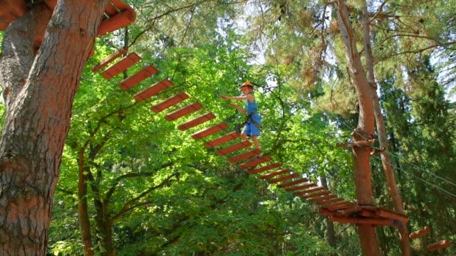 Garçon dans le parc municipal en corde