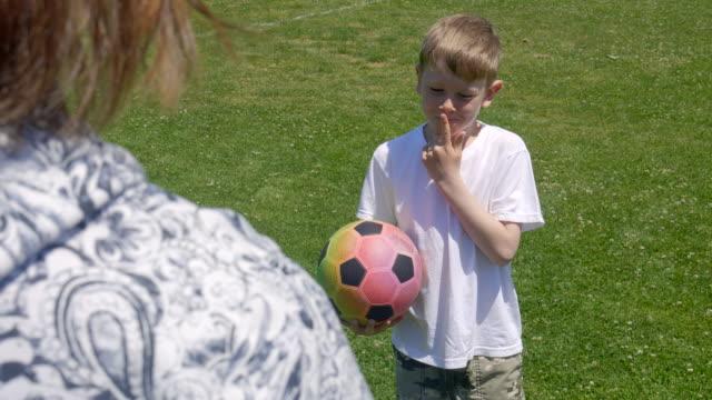 stockvideo's en b-roll-footage met jongen in het park - sunny