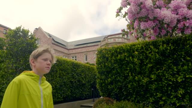 vídeos de stock, filmes e b-roll de o menino está andando - só um menino adolescente