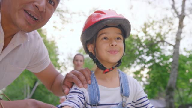 vídeos de stock, filmes e b-roll de slo mo boy aprendendo a andar de bicicleta e decola por conta própria - montar