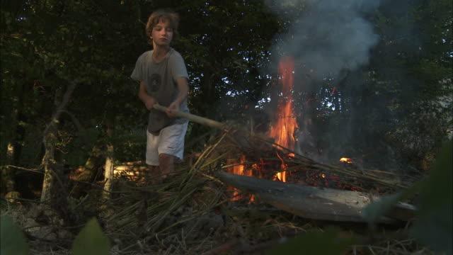 vídeos y material grabado en eventos de stock de ms boy (12-13) lighting bonfire, bouillon, belgium - encuadre de tres cuartos